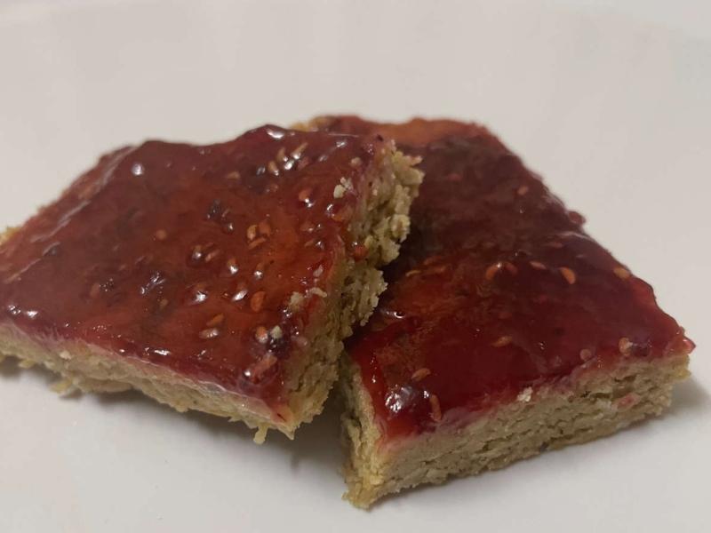 Erdnussriegel mit Marmelade